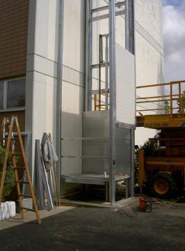 Hubgerät mit seitlicher Hubanlage an Gebäudeaussenseite